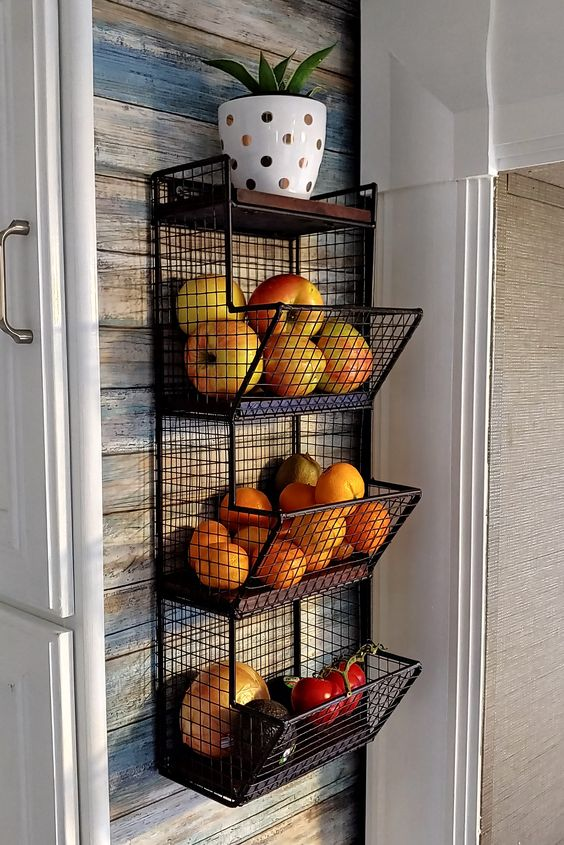 fruteira suspensa fixada na parede da cozinha para organizar a casa