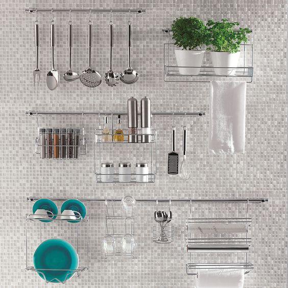 parede de cozinha organizada com suportes de inox