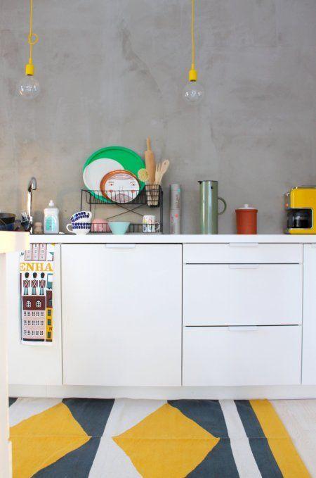 cozinha organizada com louças na bancada