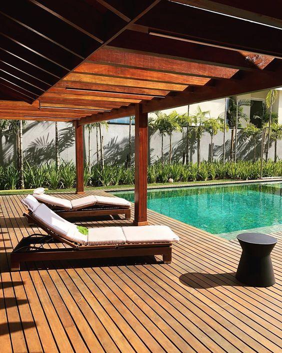 piscina de casa com deck de madeira