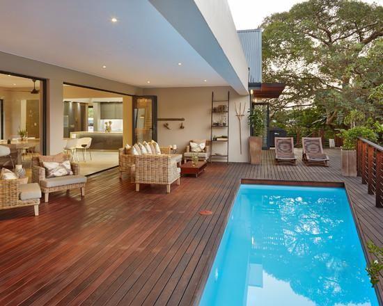 piso de madeira decorativo em piscina