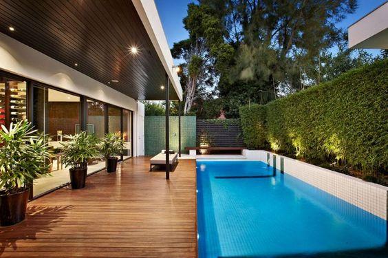 deck de madeira retangular para piscina