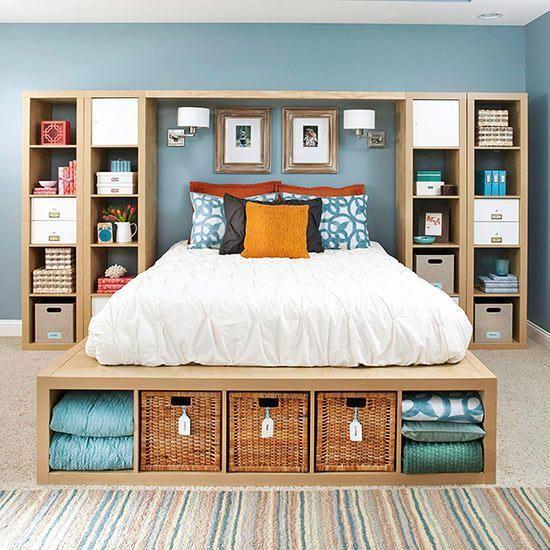 quarto com caixas organizadoras com prateleiras laterais