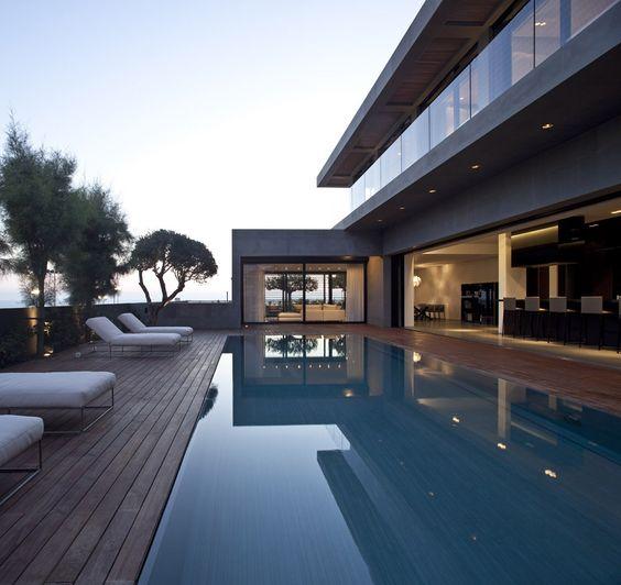 área externa com piso de madeira na piscina