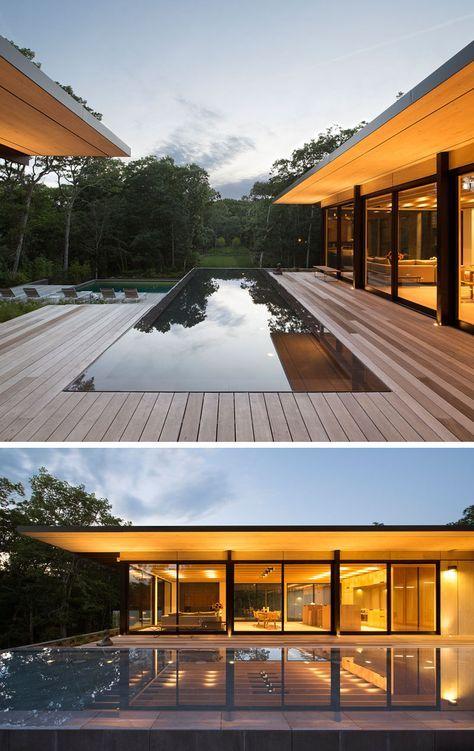 piscina rodeada com piso em madeira