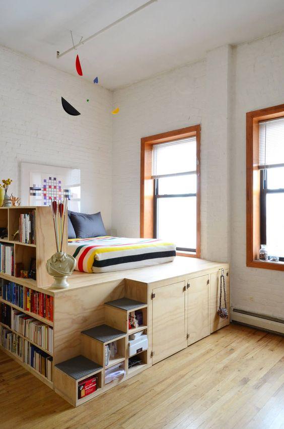 como organizar a casa com cama e prateleira na lateral para livros