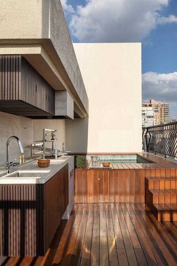 deck de madeira suspenso na piscina da cobertura