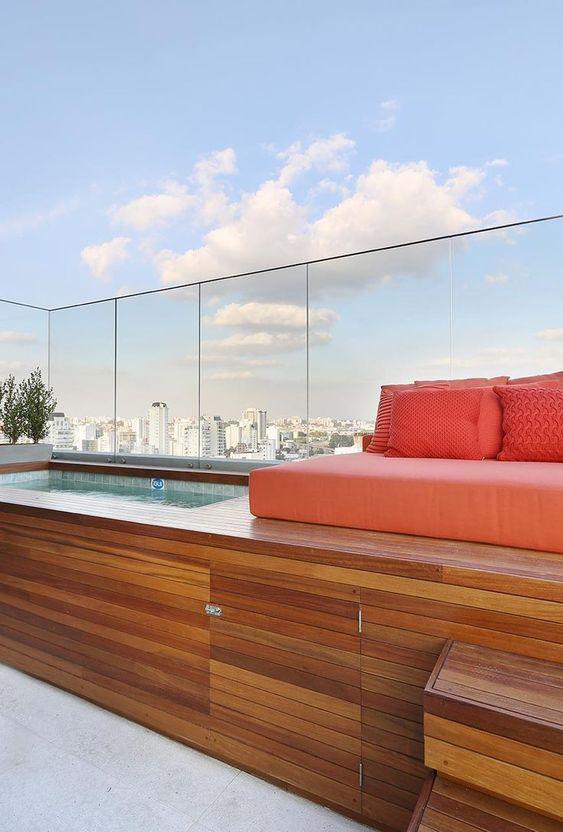 deck de madeira com sofa na piscina da cobertura