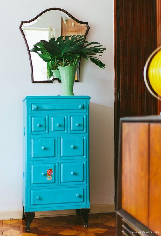 móvel azul turquesa no hall