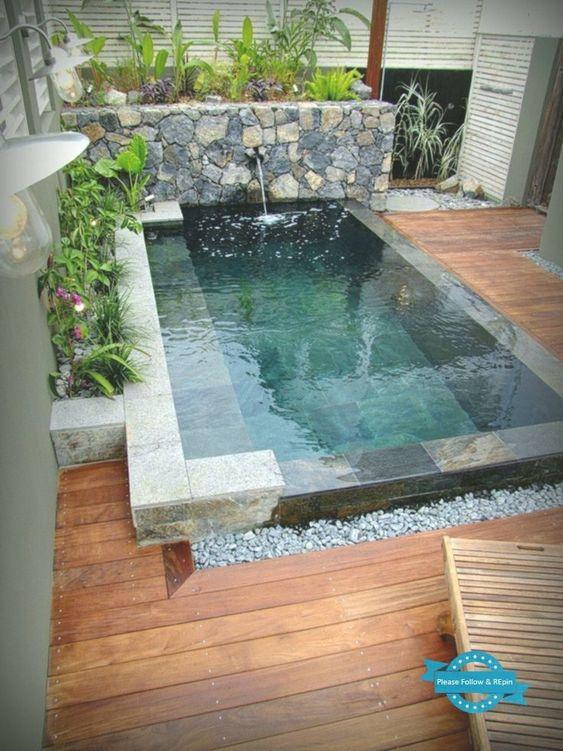 piscina em mármore com piso madeirado