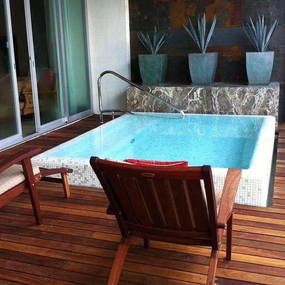projeto pequeno de piscina com deck de madeira interno