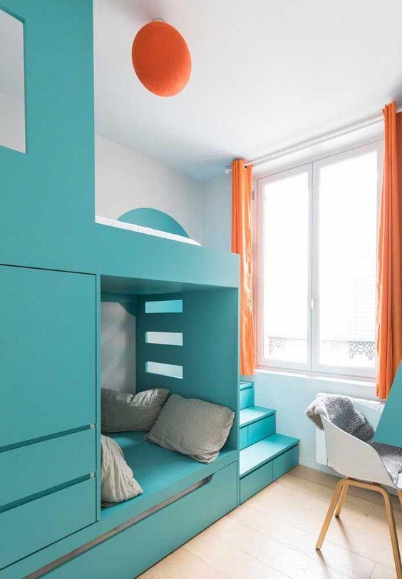 quarto infantil com mobília combinado com a cor laranja.