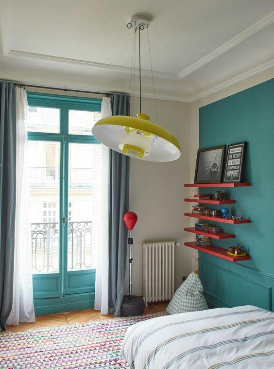 quarto com parede e porta azul