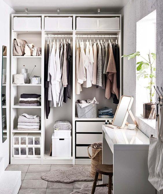 closet com caixas organizadoras na parte superior