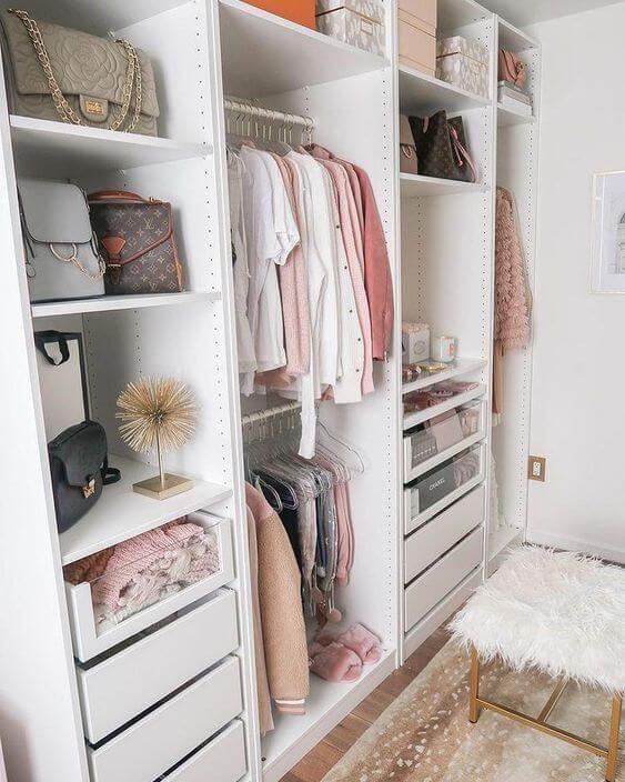 guarda roupas arrumado com caixas e cabides