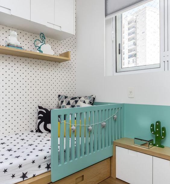 cama de criança com detalhe azul tiffany