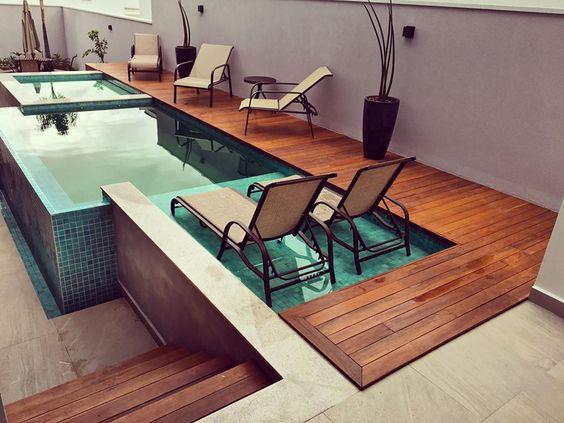 piso lateral em madeira com piscina e cadeiras