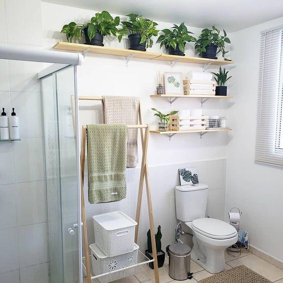 como organizar a casa no banheiro com prateleira suspensa e organizador no chão