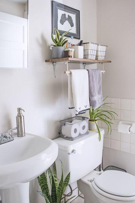 prateleira suspensa em banheiro com suporte para toalhas