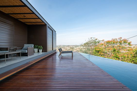 grande deck de madeira e borda infinita