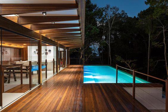 residência com piscina e deck de madeira