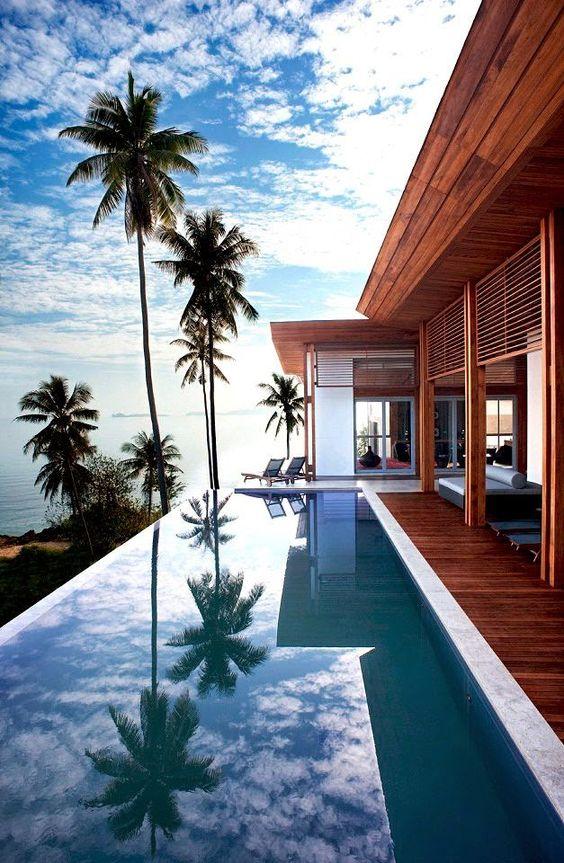 piscina com vista e deck de madeira