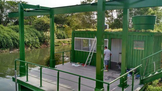 telhado verde casa container ao lado do rio