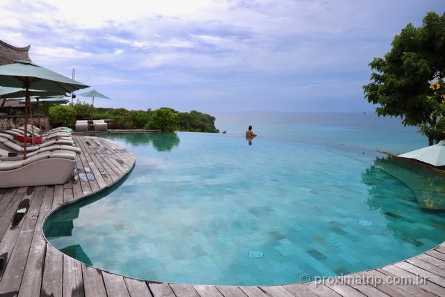 deck de madeira arredondado em piscina