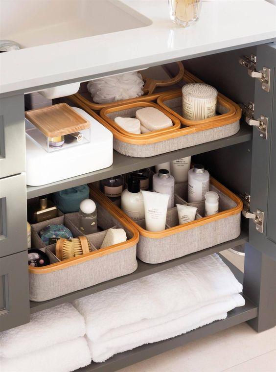 armário com nichos organizadores de produtos de limpeza e higiene pessoal