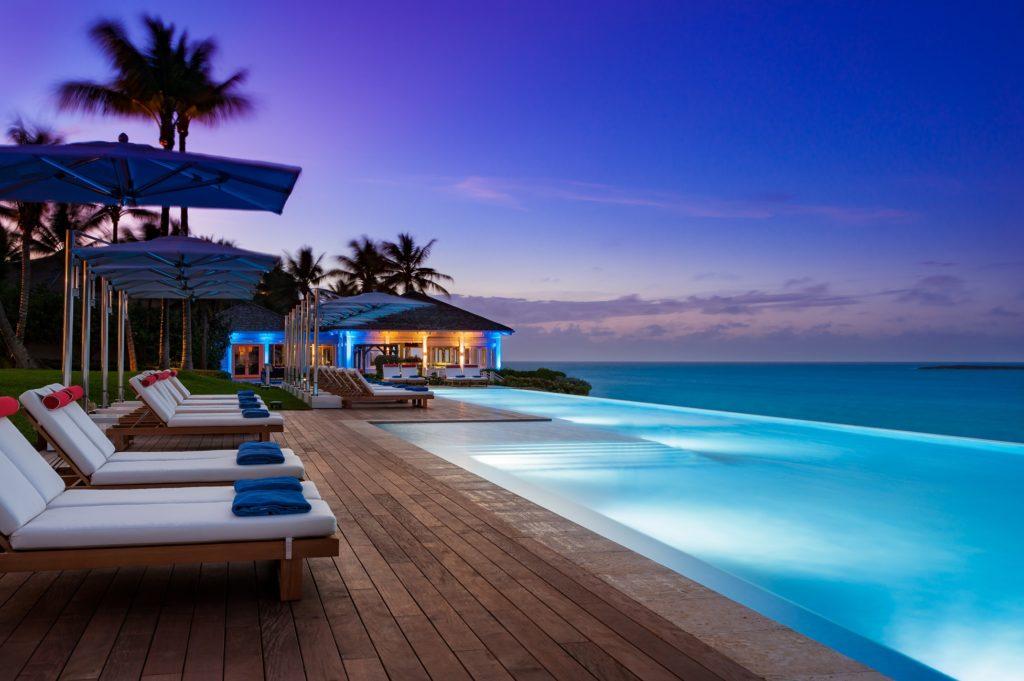 piscina com borda infinita com vista para o mar