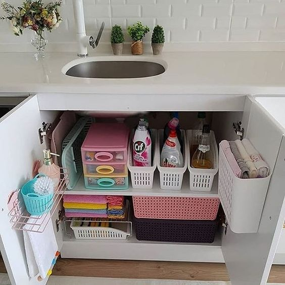 armário do banheiro com cestos organizadores