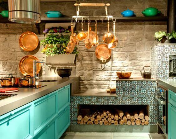 cozinha rústica com panelas de cobre e fogão a lenha