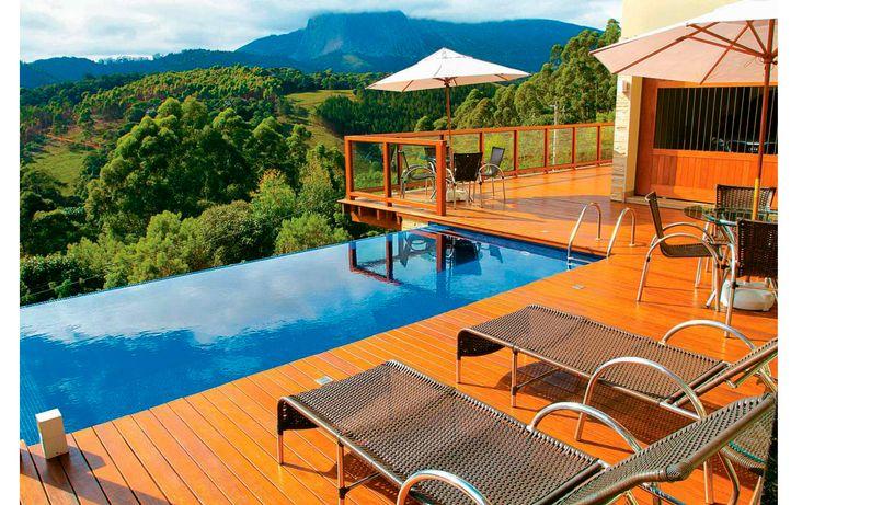 piscina borda infinita com deck de madeira