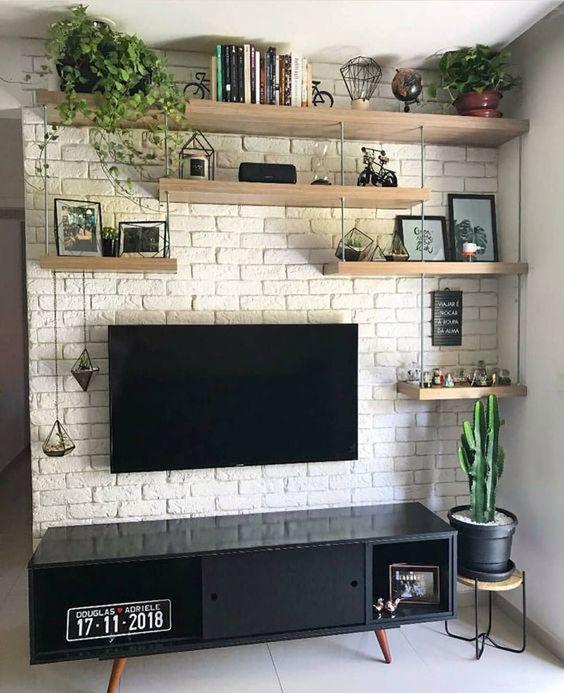 sala de estar com prateleiras e televisão na parede