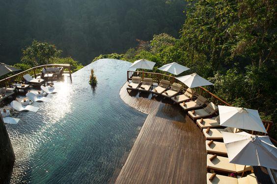 piscina com deck de madeira em hotel