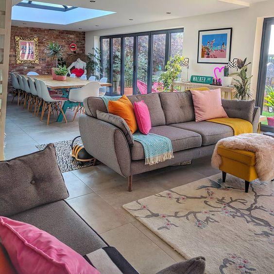 sala ampla com sofá e mesa de jantar grande