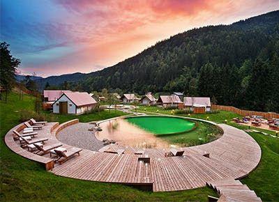piscina nas montanhas com deck de madeira