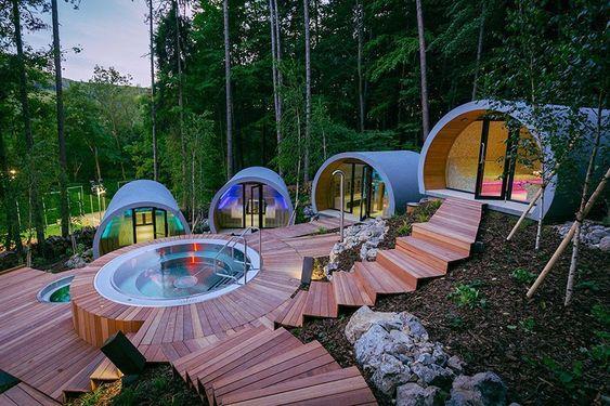 hotel moderno com piscina e deck de madeira