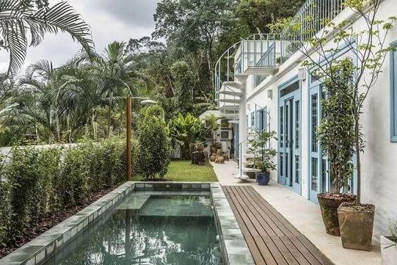 detalhe em deck de madeira na piscina natural
