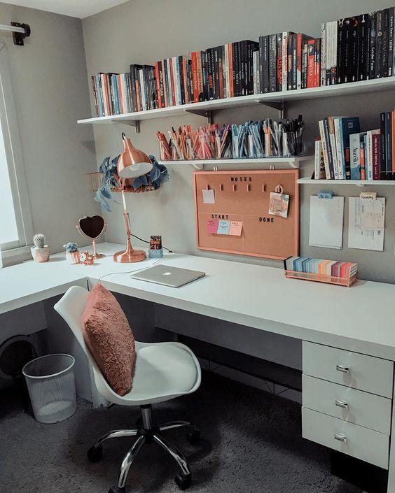 parede do escritório organizado com prateleiras na parede