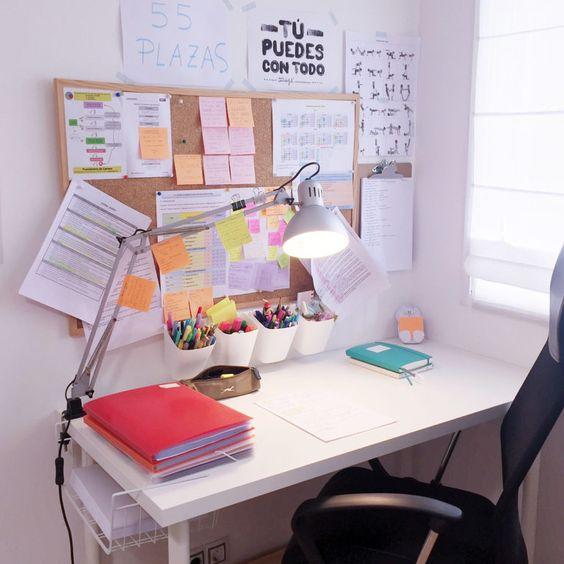 mesa de escritório organizada com luminária