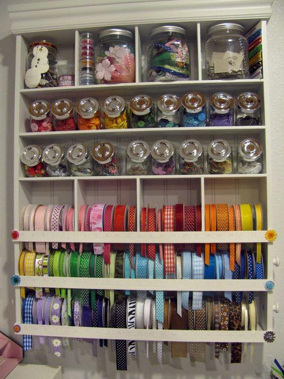 como organizar a casa em ateliê de costura com vidros organizadores de materiais