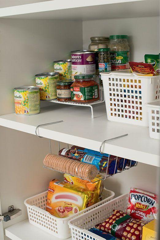 Armário de cozinha com cestos e prateleiras organizadoras de mantimentos