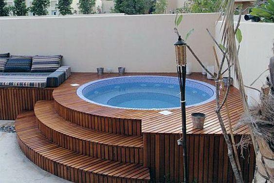 escada em deck de madeira arredondado para piscina
