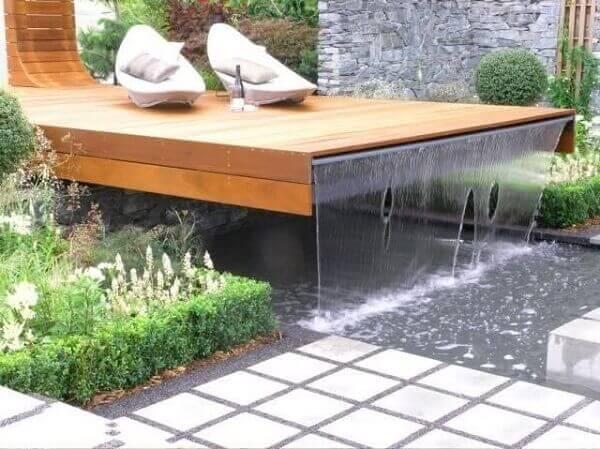 piscina moderna com deck em madeira