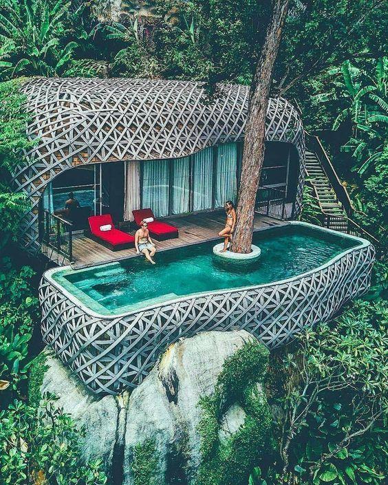 projeto moderno com deck em madeira na piscina