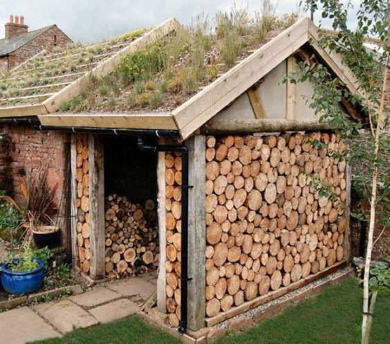 edícula de troncos de paredes com madeira e ecotelhado