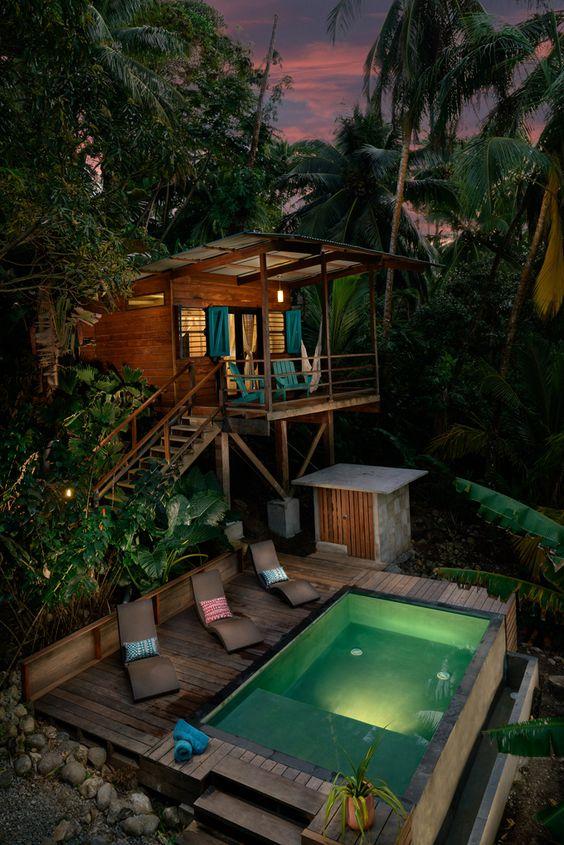 casa na arvore com deck de madeira na piscina