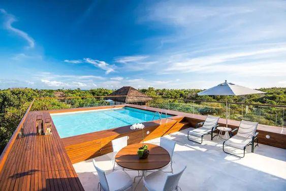 piscina de hotel com deck de madeira