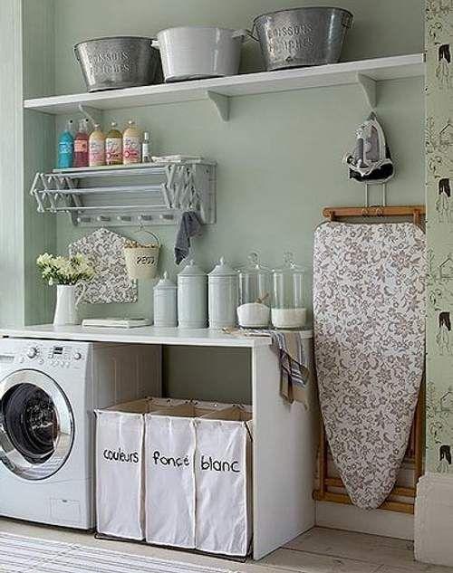 como organizar a casa em lavanderia com cestos e suportes para produtos